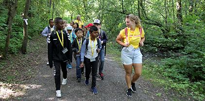 Sommerskolen på tur i skogen
